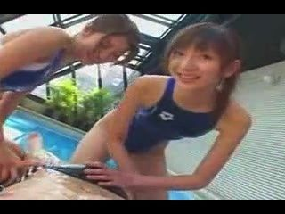 اثنين من الفتيات ملابس السباحة ركوب سبيدو الرجل