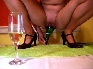 زجاجة الشمبانيا داخل كس