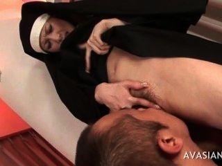 راهبة الآسيوية جميلة يحصل بوسها شعر يمسح