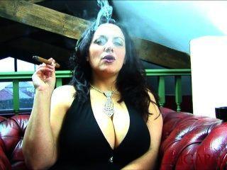 المعتوه كبيرة تدخين السيجار