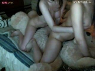 فتاتان الصينية بممارسة الجنس مع دمية دب
