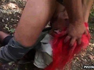 ماكر أحمر فاتنة مص الديك الصعب في الغابات