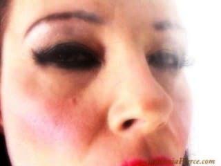 اناستازيا بيرس تدخين السيجار