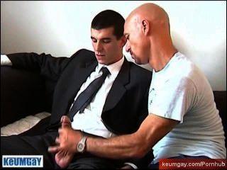 إذا كنت تريد مني أن أوقع العقد الخاص بك، اسمحوا لي أن تمتص الديك ضخمة سنويا من الرجل STR8!