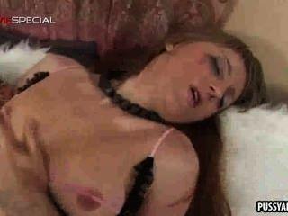 امرأة سمراء فاتنة مع كس ضخ ما يصل تحصل مارس الجنس