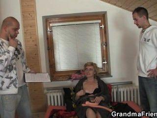 الجنس ولعب اطفال واثنين من الديكة لالجدة مطيع