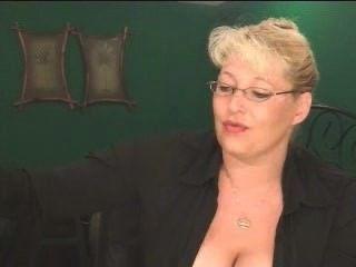 سيجار ضخم مجنون والثدي ناضجة كبيرة!