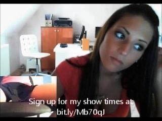 فتاة المكتب على كاميرا ويب لسخيف