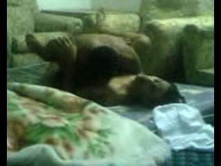 العرب يمارس الجنس في غرفة المعيشة.