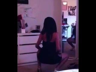 اتينا فتاة الساخنة في فستان ضيق يهز ذلك أمام المرآة