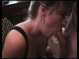 زوجة مفلس يحب Jizz التي كثيرا بأنها تشرب نائب الرئيس من الزجاج