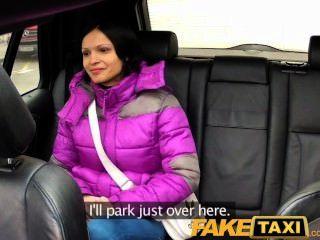 امرأة faketaxi مع الثدي الطبيعية الكبيرة ركوب الديك