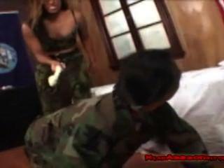 الجيش تفوح منه رائحة العرق فتاة العبادة