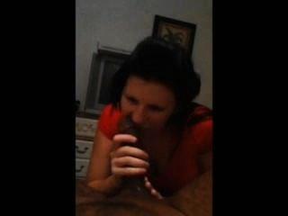 امرأة سمراء مص الديك الأسود بينما على الهاتف لماما
