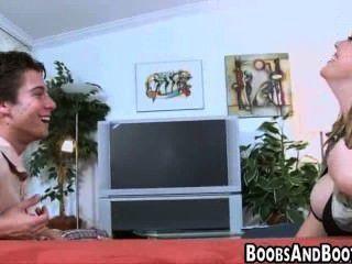 شرائط امرأة سمراء متعرج ويظهر قبالة ثديها