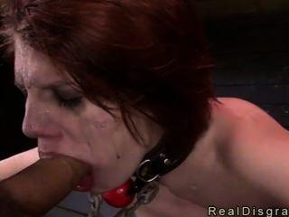أحمر الشعر مفلس في بدسم الحلق العميق مارس الجنس