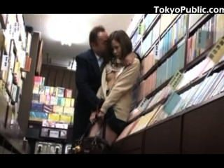 الجنس العامة تلميذة يابانية في بيع الكتب