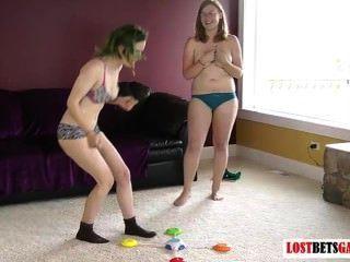 اثنين من الاطفال يلعبون لعبة من الشريط تطابق الألوان