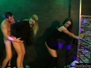 الفاسقات المخنثين سخيف في النادي