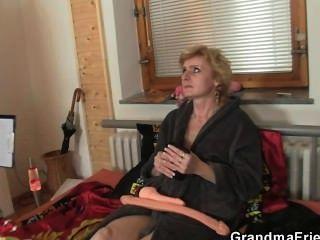 رجلين تسليم يمارس الجنس مع امرأة ناضجة وحيدا