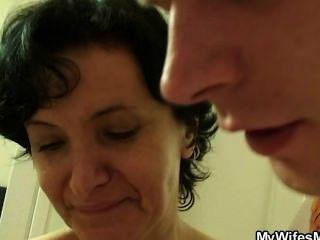 ذهبت الزوجة البرية عندما يجد له سخيف والدتها