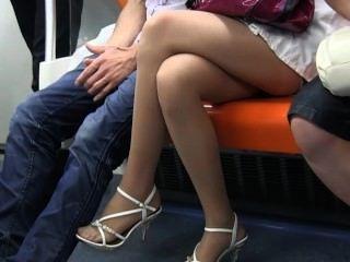 مثير قدم في سن المراهقة النايلون والساقين في النايلون محض على القطار