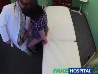 طبيب fakehospital يحل الاكتئاب المريض عن طريق ممارسة الجنس عن طريق الفم وسخيف