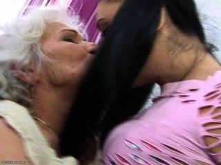 تحب جدتها كثيرا ....