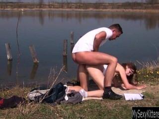 تحصل مارس الجنس في سن المراهقة امرأة سمراء pascalle وعلى jizzed في الهواء الطلق