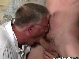 الجنس مثلي الجنس الساخن مع نظيره المكسرات الحساسة مجرور والقوية فم له و