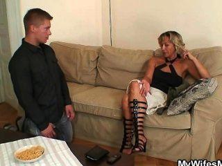 تكتشف لها تغش رجل مع والدتها
