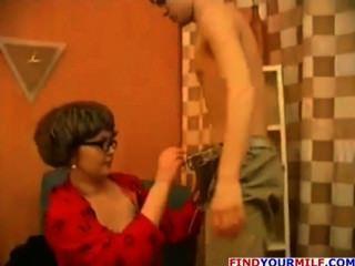كوغار الروسية إغواء ابنها خطوة في سن المراهقة
