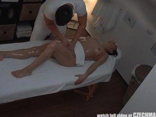 فتاة في سن المراهقة يحصل اللعنة الصعب على massagetable